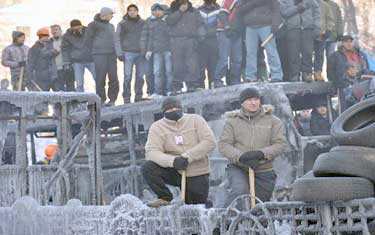 معترضان سنگرهایشان را مستحکمتر کردند
