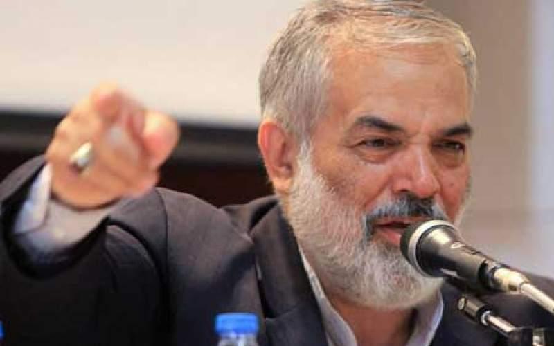 يك اصولگرا: احمدینژاد را فورا در یيمارستان روانی بستری کنید!