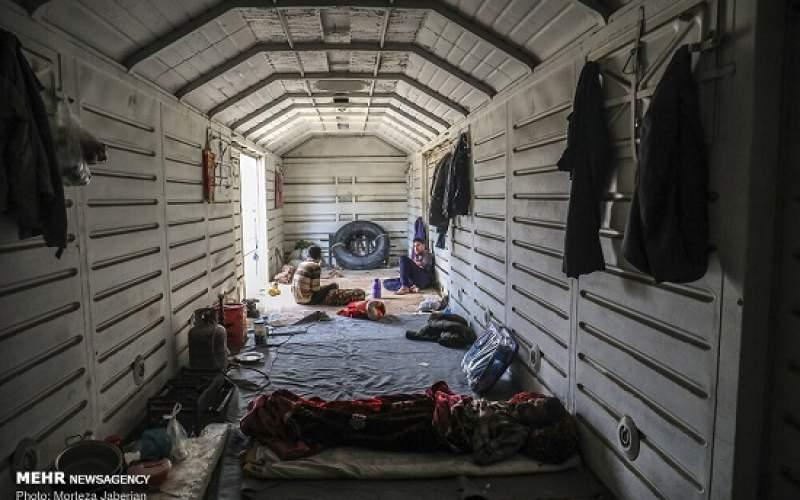 حومه اهواز؛ زندگی سیل زدگان در واگنهای قطار