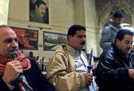 چند شهروند عراقی در کافهای در بازار صفافیر بغداد/ زمستان ۱۳۸۱