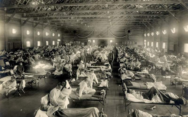 اورژانس بیمارستان قرارگاه فانستون، کنزاس، ۱۹۱۸. سربازی به یاد دارد: «از ۱۲ مردی که در اطاقِ رستهی من بودند، ۷ نفر با هم مریض شدند.» ( آرشیو تاریخی اُتیس، موزهی ملی سلامت و درمان)