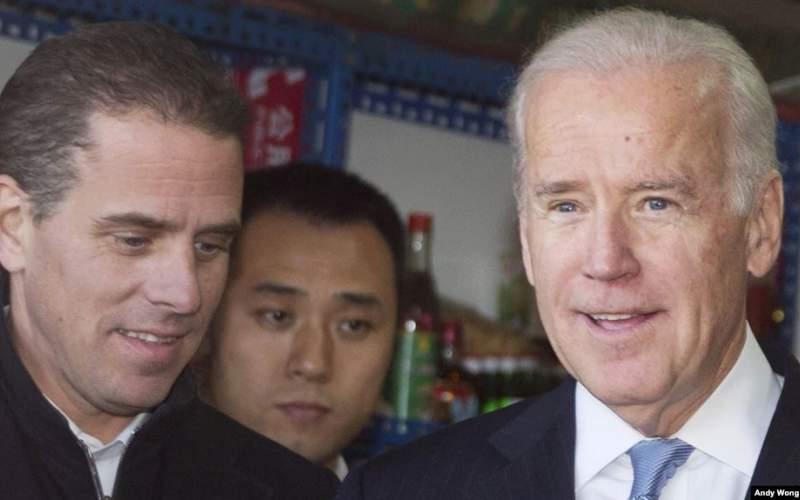 دسامبر ۲۰۱۳ هانتر بایدن (چپ) و پدرش در پکن