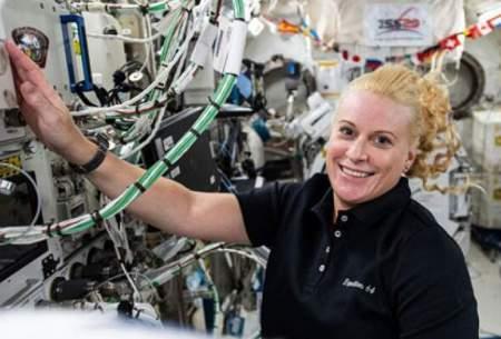 فضانورد ناسا در حال کار روی تجهیزات تحقیقاتی