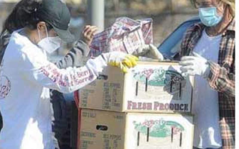 کمک برد پیت به بیخانمانها لسآنجلس/عکس