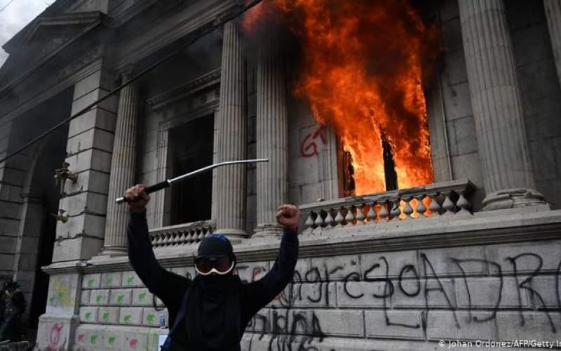 معترضان در گواتمالا پارلمان را به آتش کشیدند
