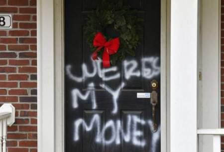 شعار پولهای ما کجاست؟ روی خانه پلوسی و کانل