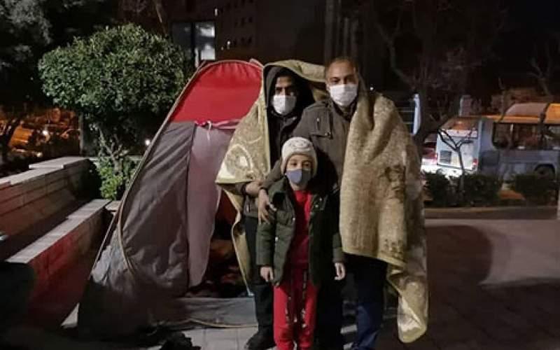 معلمان معترض مقابل مجلس چادر زدند/تصاویر