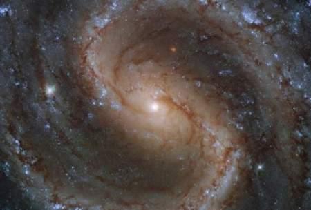 بازی رنگها در کهکشان مارپیچی