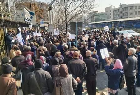 تجمع بازنشستگان درمقابل سازمان تامین اجتماعی