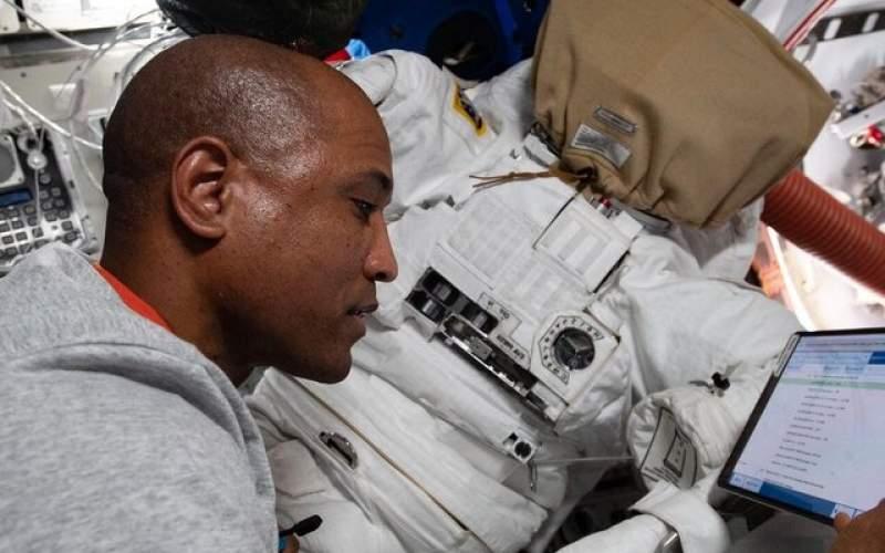 فضانورددر حال آماده شدن برای پیادهروی فضایی