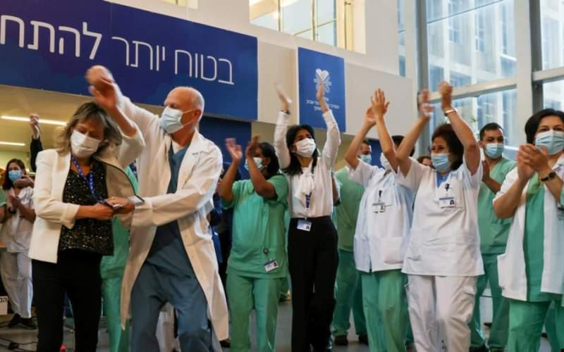 شادی یک تیم پزشکی در اسرائیل پس از دریافت دوز واکسن فایزر