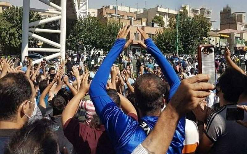 شعار هواداران استقلال علیه آذریجهرمی