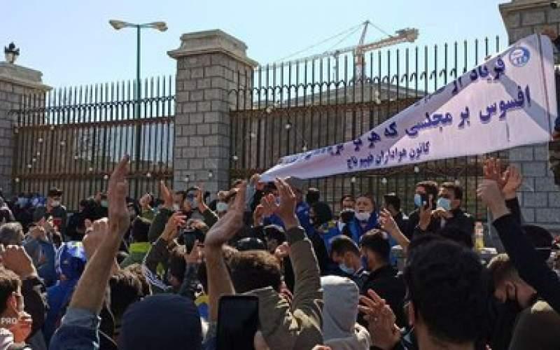 شعار استقلالیها علیه ۲ وزیر/ عکس