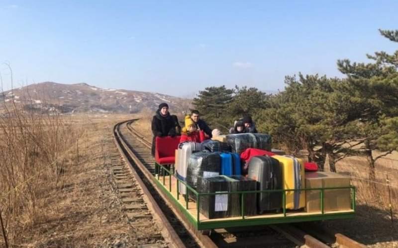 عبور دیپلماتها با واگن دستی از مرز کره شمالی
