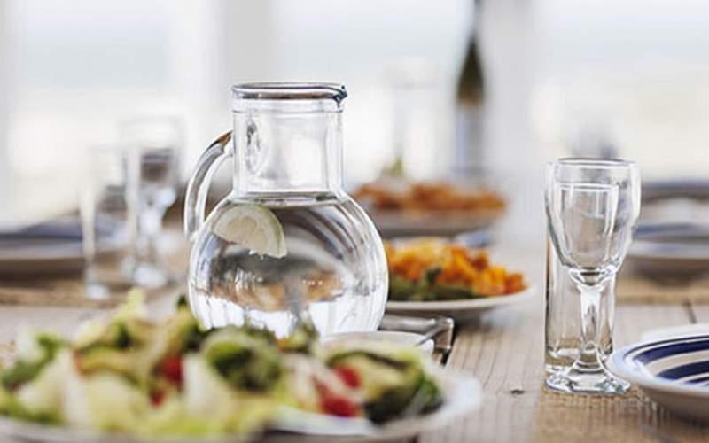 چه کسانی نباید هنگام غذا خوردن آب بنوشند؟