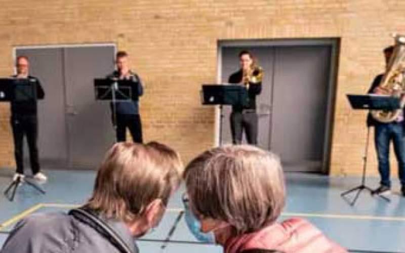 اجرای موسیقی زنده در مرکز واکسیناسیونِ دانمارک
