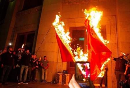 پرچمهای ترکیه و آذربایجان به آتش کشیده شد