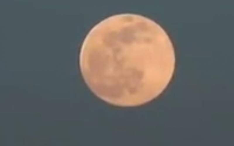 تصاویر خیرهکننده از اَبَرماه صورتی در آسمان شب