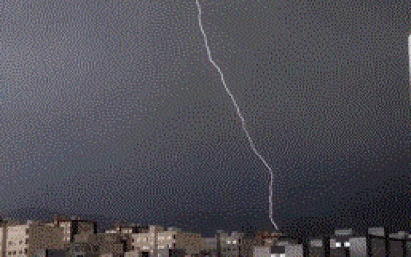 قابی تماشایی از رعد و برق در آسمان تهران