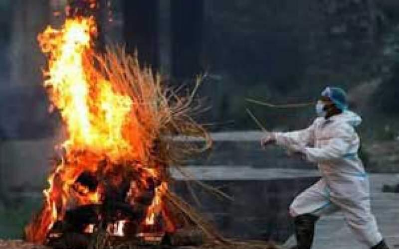 تصویرِ سوزاندن اجساد فوتیهای کرونا در نپال
