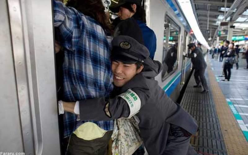شغل عجیب در ژاپن؛ جا دادن مسافران مترو