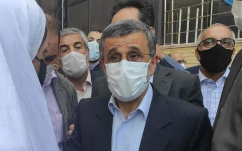 حضور با تُربت کشتهشدگان آبان در کنار احمدینژاد