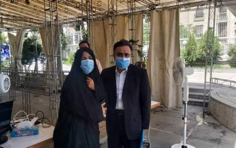 تاجزاده با همراهی همسرش ثبت نام کرد