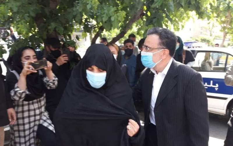 عکسی از تاجزاده با شناسنامه در دست