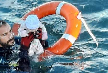 نجات  نوزاد مهاجر از میان امواج مدیترانه
