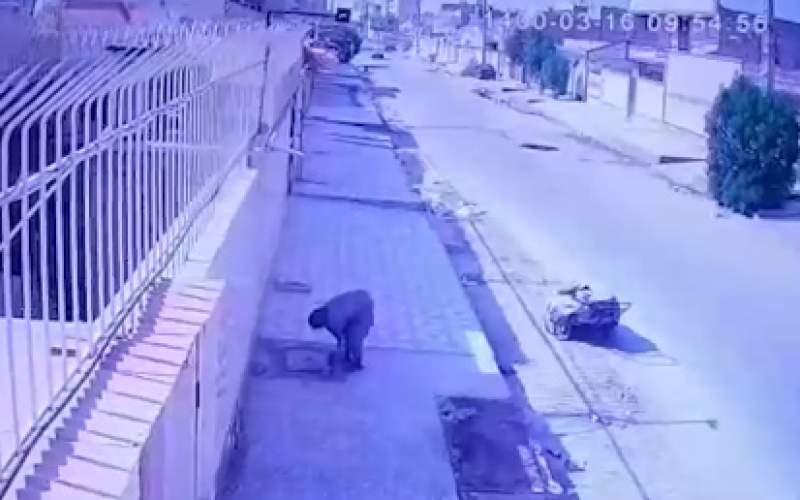 سرقت دریچههایسنگین فاضلاب توسط یک زن