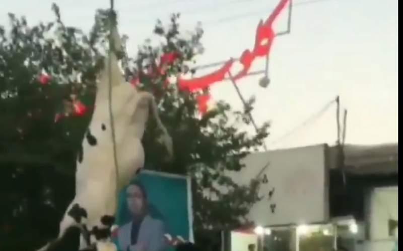 آویزانکردن گاو ازجرثقیل برایتبلیغ یک کاندیدا