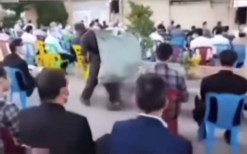 حرکت نمایدن مرد زبالهگرد در میتینگ انتخاباتی