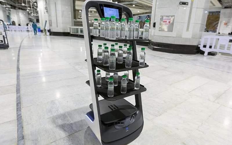 رباتهایی که آب زمزم توزیع میکنند