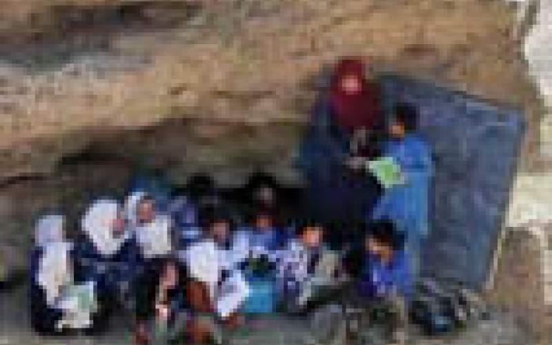 تصویری از برگزاری کلاس درس بر روی صخره!