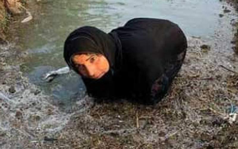 تلاش زن خوزستانی برای مقابله با خشکسالی