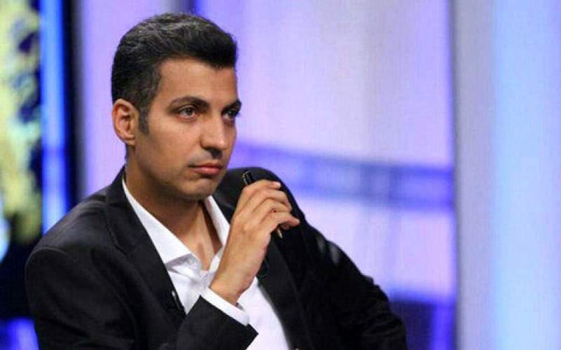 عادل فردوسیپور در حال تماشای بازی پرسپولیس