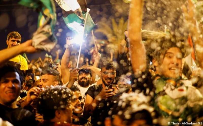 شادی طرفداران مقتدا صدر پس از اعلام پیروزی در انتخابات عراق، بغداد، ۱۱ اکتبر
